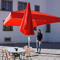 Sombrillas con espacio libre mesa